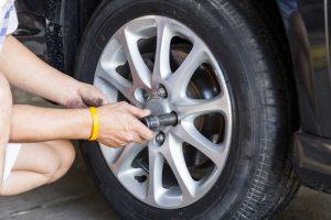 How do you tighten or loosen the rod in car wheel